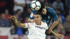 Vallejo pelea por un balón. (AFP)
