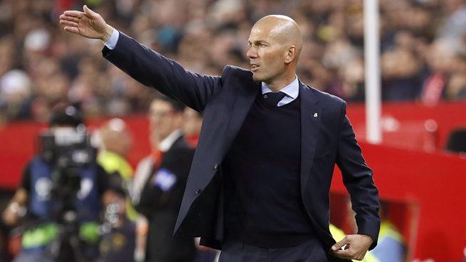 Zidane, dando órdenes durante el Sevilla - Real Madrid (AFP).