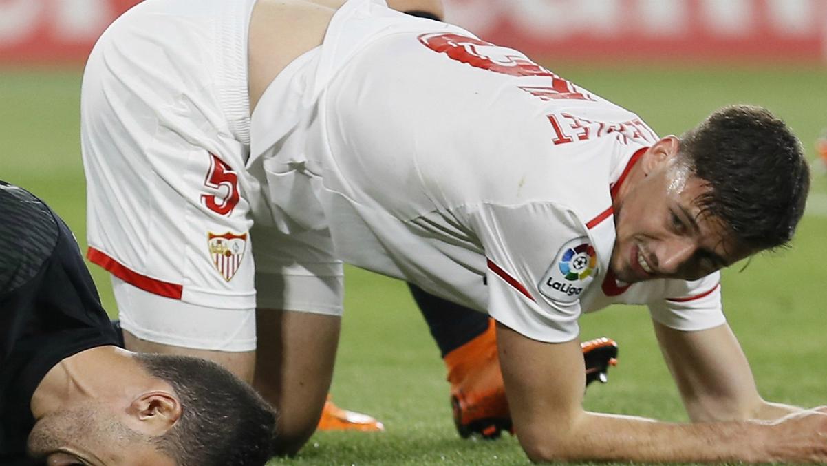Lenglet, durante un lance del Sevilla-Real Madrid. (EFE)