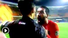 Arda Turan insulta y amenaza al linier después de empujarle.