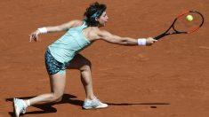 Carla Suárez trata de devolver una pelota en su duelo frente a García. (AFP)