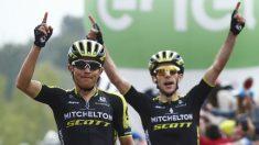 Esteban Chaves y Simon Yates celebran el triunfo del Mitchelton.