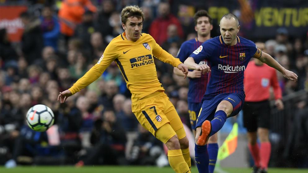 Griezmann e Iniesta durante un Barcelona – Atlético de Madrid. (AFP)