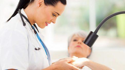 Paciente en consulta dermatológica (Foto. Istock)