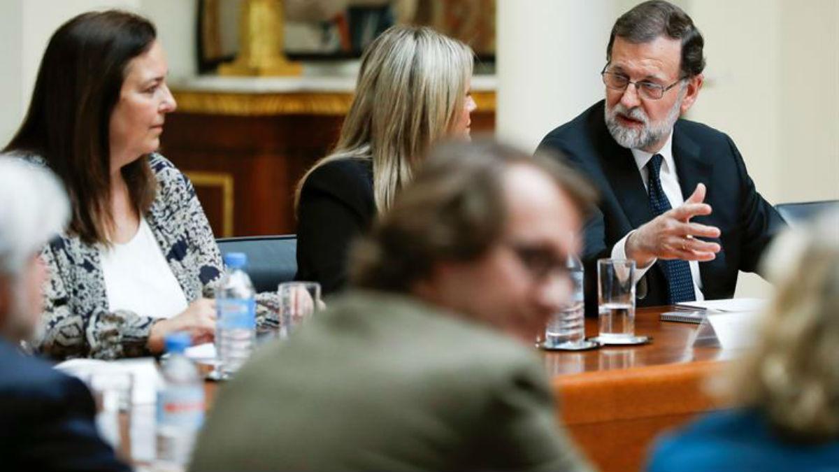 Las víctimas con Rajoy en Moncloa (EFE).