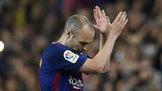 Andrés Iniesta se despide del Camp Nou durante su último Clásico. (AFP)