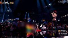 La bandera arcoíris censurada en la televisión china en una de las actuaciones de Eurovisión.