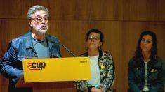 El diputado de la CUP en el Parlament, Carles Riera (i), interviene junto a la también diputada Natàlia Sánchez (c) y la portavoz nacional de la formación Laia Estrada (d) (Foto: Efe)