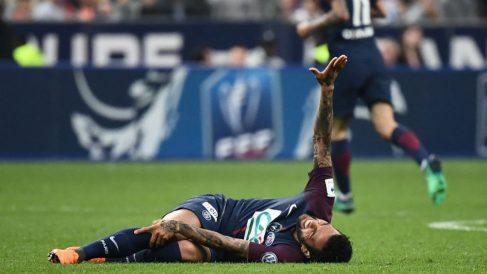 Dani Alves se duele en el césped de la lesión que podría dejarle sin Mundial. (AFP)