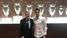 Florentino y Reguilón posan junto a las Champions del Real Madrid. (Twitter)