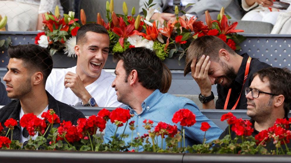 Gerard Piqué, junto a Lucas Vázquez y Marco Asensio en el Mutua Madrid Open. (EFE)