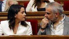 La líder de Ciudadanos, Inés Arrimadas, conversa con el portavoz, Carlos Carrizosa (FOTO:EFE)