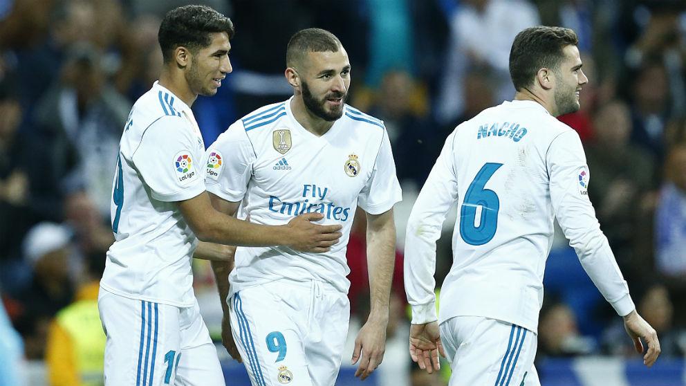Benzema celebra un gol con Achraf y Nacho. (AFP)