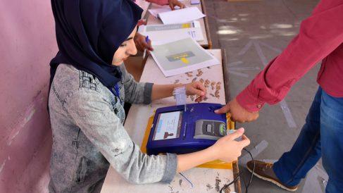 Primeros votantes en las elecciones en Irak. (Foto: AFP)
