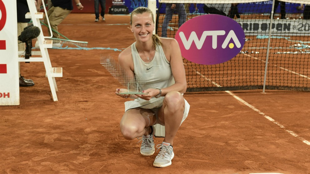 Kvitova posa con el trofeo de campeona del Mutua Madrid Open. (AFP)