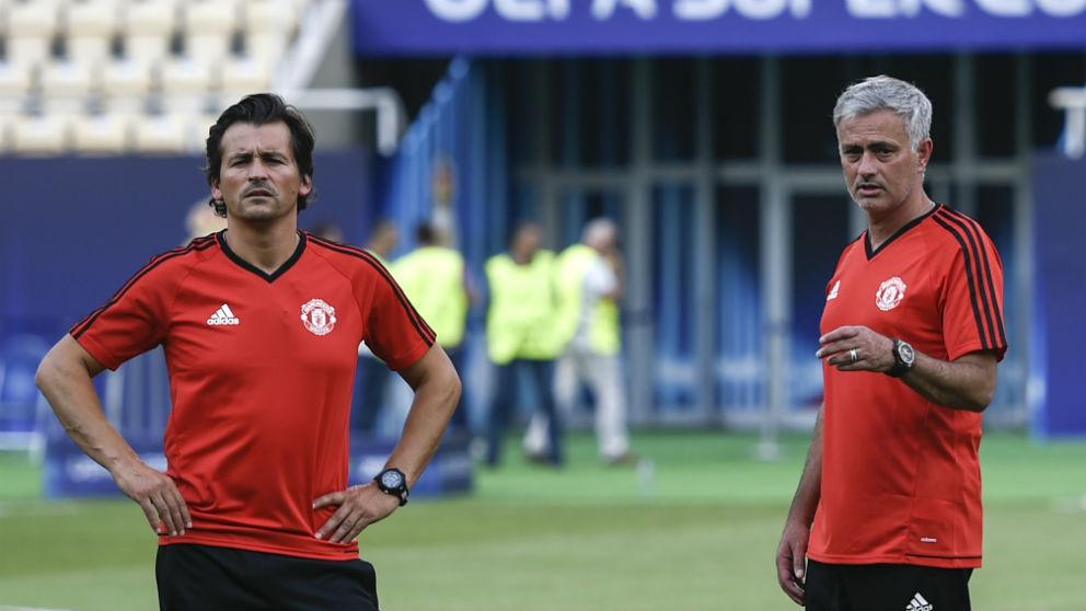 Mourinho y Rui Faria durante un partido. (AFP)
