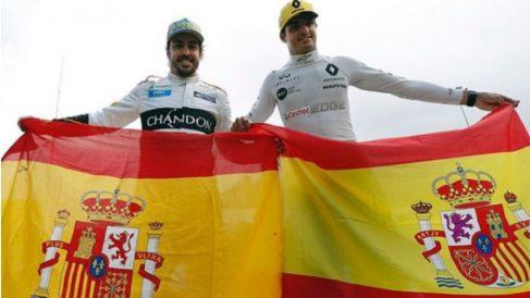 Fernando Alonso y Carlos Sainz posaron con la bandera de España a la conclusión del GP de España de Fórmula 1. (Instagram)