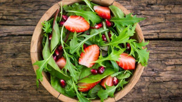 ensalada de rúcula y fresas