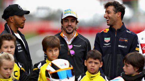 Fernando Alonso en la recta de Montmeló junto con Lewis Hamilton y Daniel Ricciardo