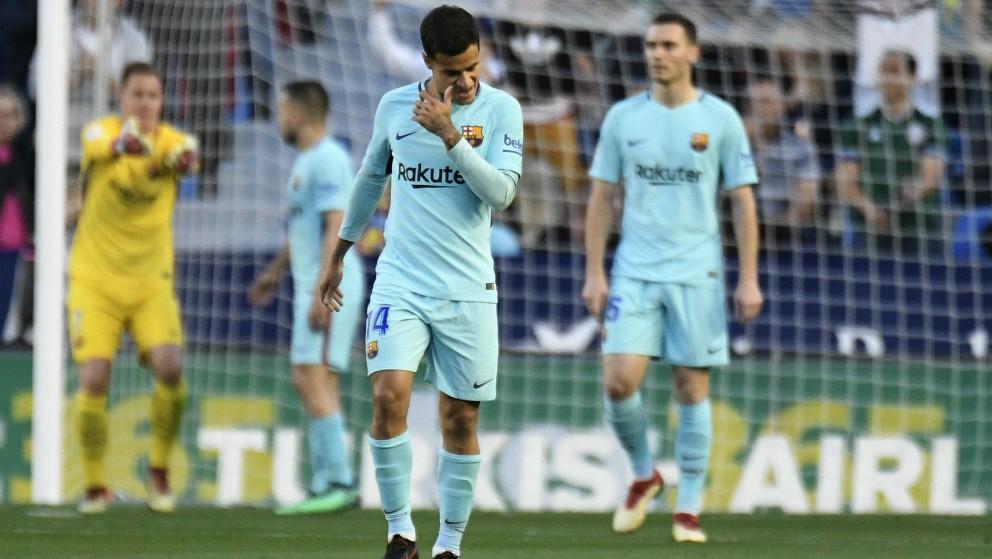 Los jugadores del Barcelona se lamentan tras el gol del Levante. (AFP)