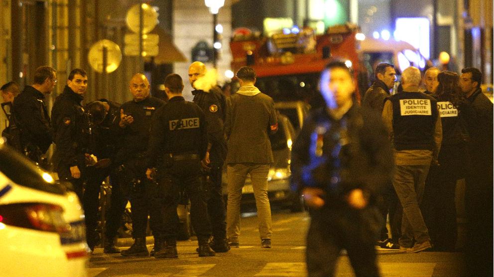 Policías franceses en la calle en la que se produjo el ataque (Foto: AFP).