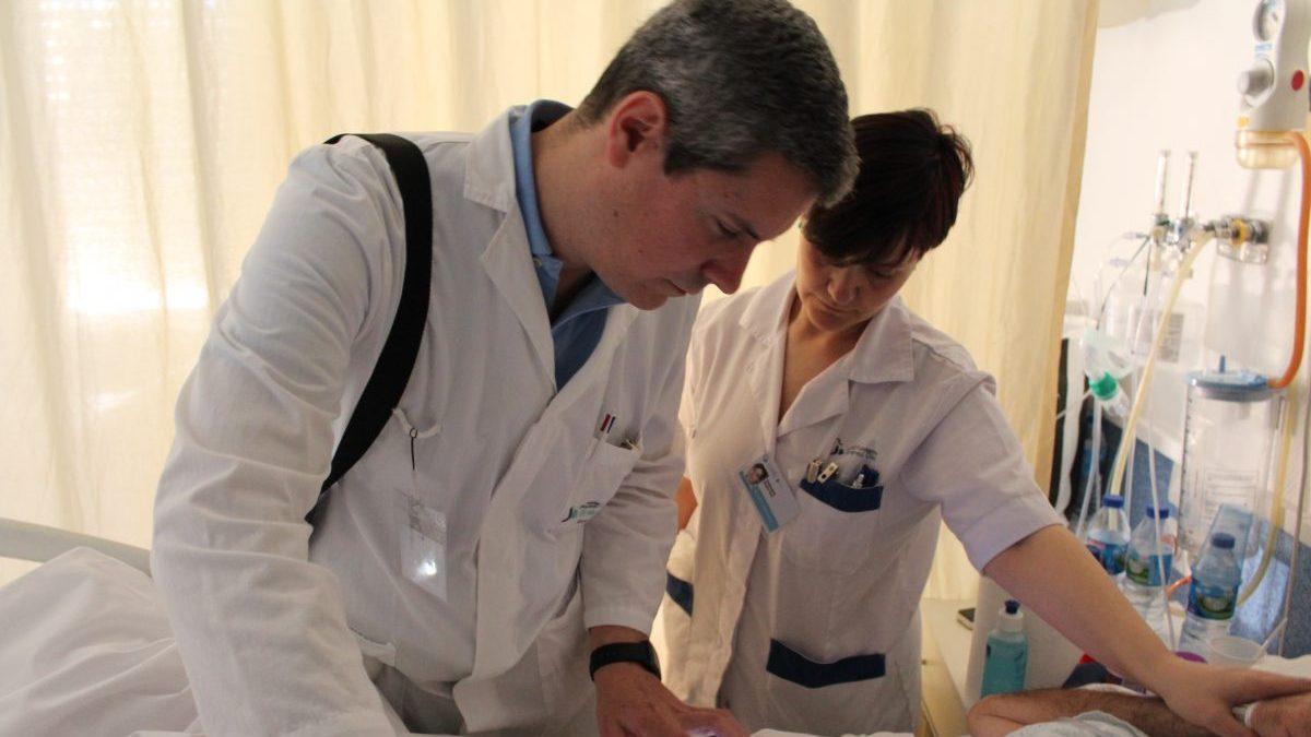 Radiólogos de la Fundación Jiménez Díaz haciendo ecografías a pie de cama.