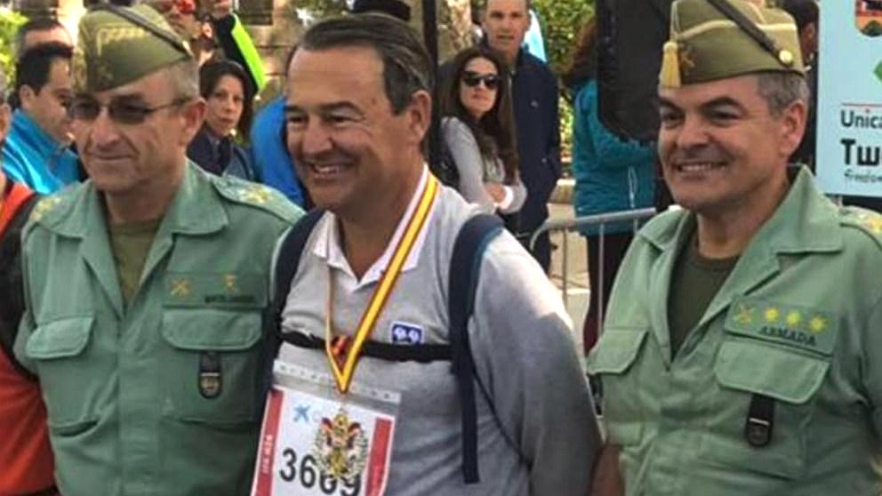 Agustín Conde, secretario de Estado de Defensa, con dos caballeros legionarios.