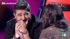 Antonio emocionado con Rocío, la ganadora de la tercera edición de 'La Voz Kids'