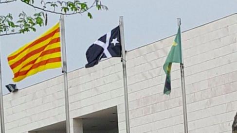 La bandera negra de 'Estat Catalá' en el ayuntamiento de Pallaresos