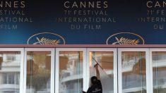 Un trabajador limpia los cristales del recinto donde se celebra el Festival de Cine de Cannes. Foto: AFP