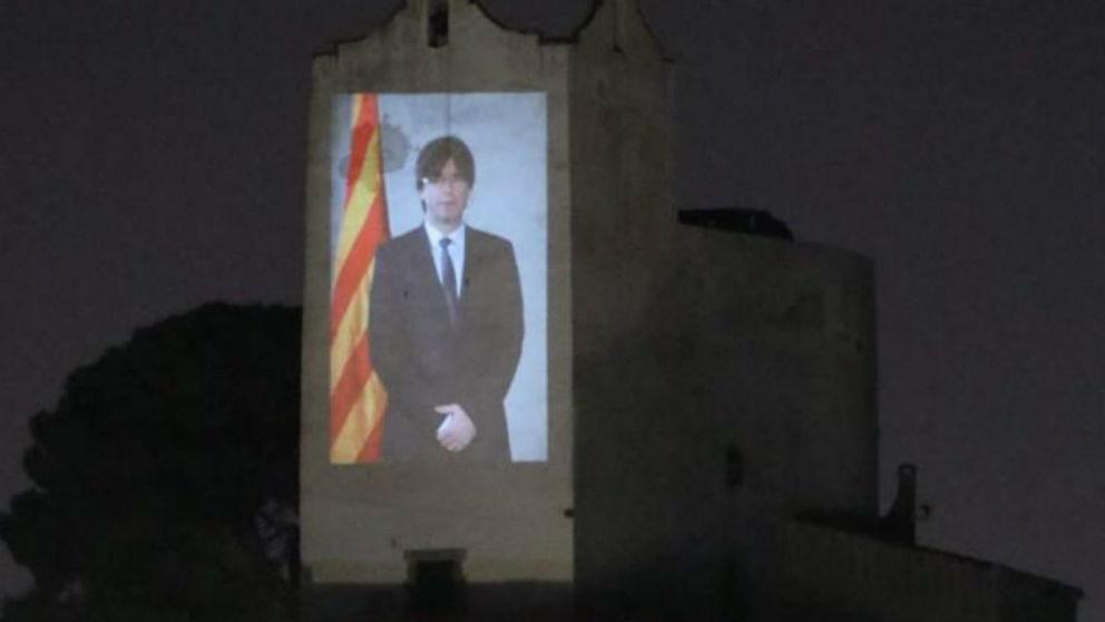 Foto de Puigdemont sobre la fachada de la iglesia de Sant Pol de Mar
