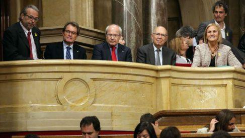 Los expresidentes de la Generalitat, Artur Mas (2i) y José Montilla (c), y del Parlament, Ernest Benach (i), Joan Rigoll (2d) y Nuria de Gispert (d), escuchan desde la tribuna de invitados el discurso de Quim Torra. Foto: EFE
