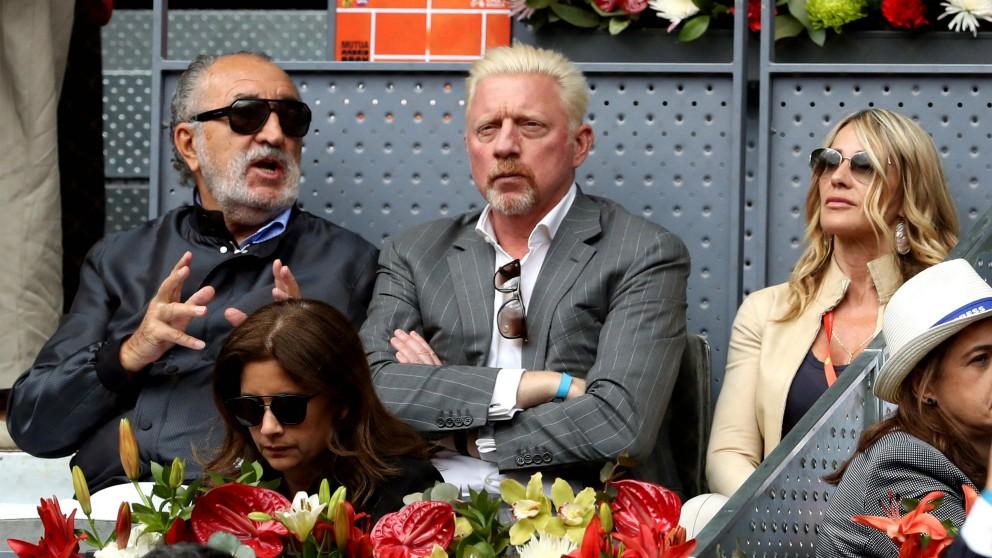 Ion Tiriac y Boris Becker conversan en un partido del Mutua Madrid Open. (EFE)