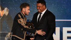 Neymar saluda a Ronaldo Nazario tras recibir el premio al mejor jugador de la Ligue 1. (AFP)