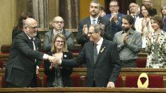 El candidato a presidente de la Generalitat por JxCat, Quim Torra (3i), aplaudido por los diputados de JxCat y ERC tras su intervención ante el pleno del Parlament, donde hoy se celebra la segunda sesión del debate de investidura (Foto: Efe)