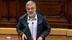 El líder de la CUP, Carles Riera, en el estrado del Parlament de Cataluña