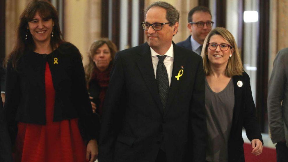 El candidato de JxCat, Quim Torra (c), llega al Parlament acompañado de las diputadas Laura Borras (i) y Elsa Artadi (d), donde se somete a la segunda sesión del debate de investidura llega al Parlament (Foto: Efe)