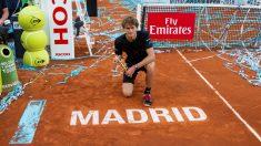Zverev, con el trofeo de campeón del Mutua Madrid Open 2018. (EFE)