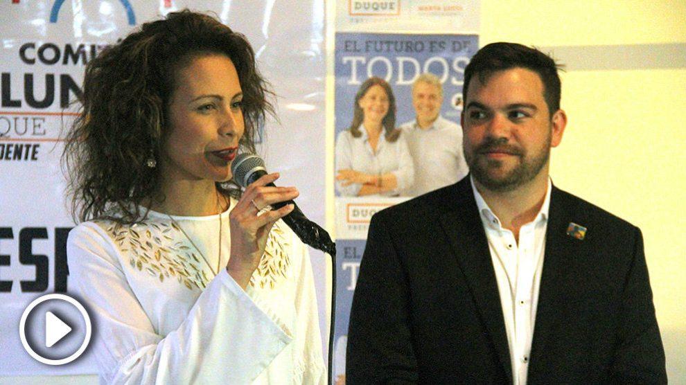Catalina Bahamón (MIRA) y Juan David Vélez (CD), en un encuentro con colombianos expatriados en Madrid. (Foto: E. Falcón)