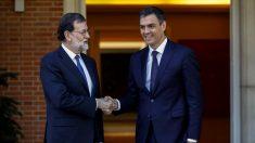Mariano Rajoy y Pedro Sánchez en La Moncloa. (Foto: EFE)