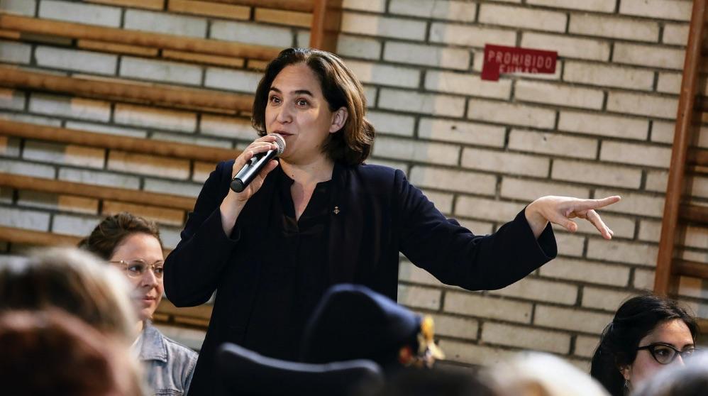 Ada Colau señalando con el dedo. (Foto. Barcelona)