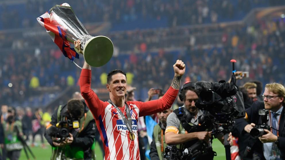 Fernando Torres con la copa de campeón de la Europa League. (AFP)