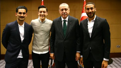 Gundogan, Özil y Tosun posan el presidente turco Erdogan. (Getty)