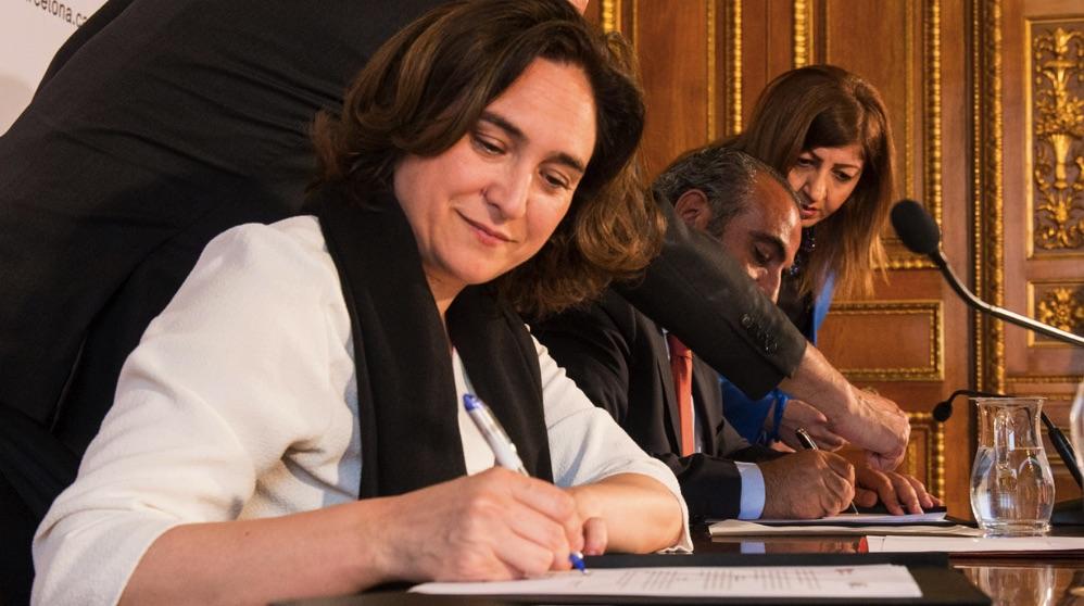 La alcaldesa de Barcelona, Ada Colau, firmando un documento. (Foto: Ay. Barcelona)