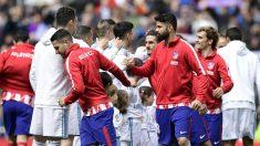 Los jugadores de Real Madrid y Atlético de Madrid se saludan antes de un derbi. (AFP)