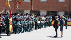 Juan Ignacio Zoido y María Dolores de Cospedal ante miembros de las Fuerzas y Cuerpos de Seguridad del Estado. (Foto: EFE)
