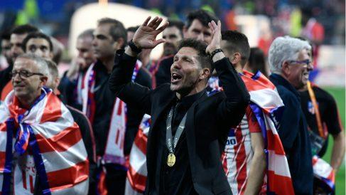 El Cholo Simeone celebra la Europa League que ha ganado con el Atlético de Madrid. (AFP)