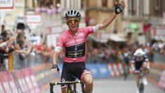 Simon Yates celebra un triunfo en el Giro. (AFP)