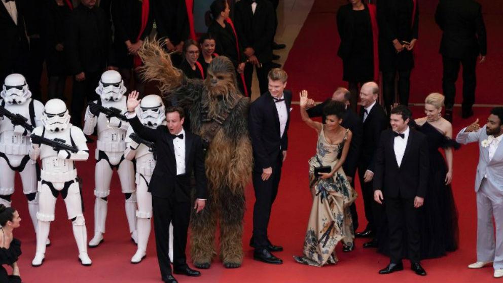 Guardianes del Imperio, Chewbacca y los actores que protagonizan 'Solo: una historia de Star Wars' como Emilia Clarke o Donald Glover, en el festival de cine de Cannes. Foto: AFP