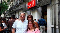 Quim Torra y su familia, en Ferraz, el día en que dimitió Pedro Sánchez como secretario general del PSOE.